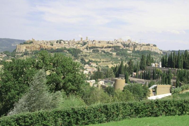 Orvieto. Miasto na wzgórzu  do którego jedzie się kolejką szynową (jak na Gubałówkę)  fot